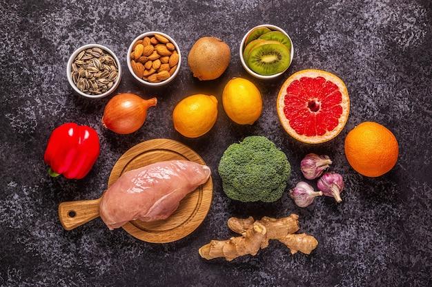 Zdrowe produkty wzmacniające odporność i leki na przeziębienie, widok z góry.