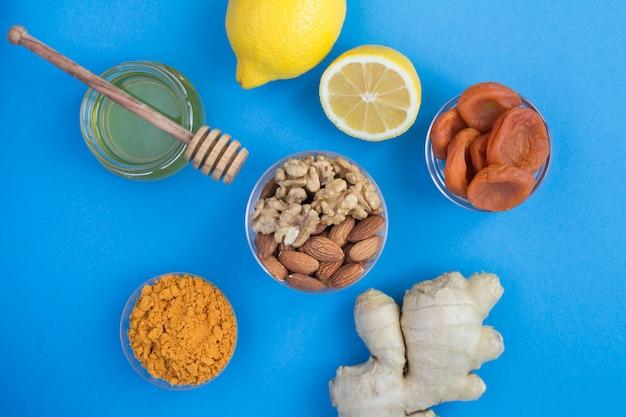 Zdrowe produkty wzmacniające odporność na niebieskiej powierzchni. widok z góry. zbliżenie.