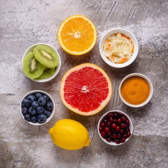 Zdrowe produkty zwiększające odporność i leki na przeziębienie, widok z góry.