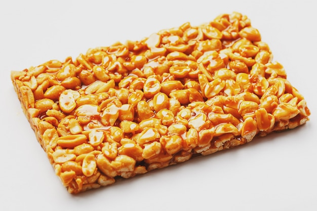 Zdrowe przekąski. jedzenie dietetyczne. cieście kozinaki z prażonych orzeszków ziemnych, batonów energetycznych.