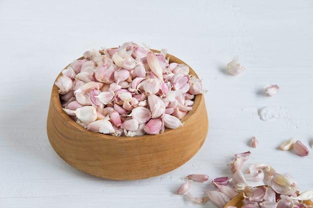 Zdrowe przyprawy czosnku na stole