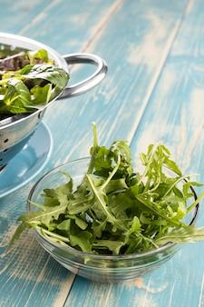 Zdrowe sałatki w metalowych i przezroczystych miseczkach