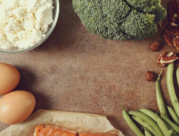 Zdrowe składniki żywności na rustykalnym stole