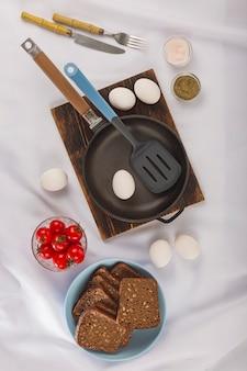 Zdrowe składniki żywności. świeże jaja kurze na stole w kuchni.