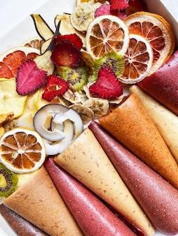 Zdrowe słodycze, skórki owocowe i chipsy owocowe. słodka, czysto owocowa pastylka w rolkach
