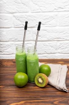 Zdrowe smoothie ze szpinakiem kolorowe zdrowe zielone koktajle
