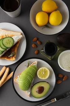 Zdrowe śniadanie awokado z chlebem tostowym z przyprawami, cytryny. dieta, jedzenie.