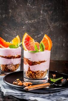 Zdrowe śniadanie, blood orange parfait z muesli. jogurt, migdały i mięta