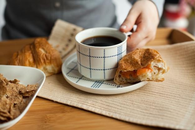 Zdrowe śniadanie do łóżka z kawą?