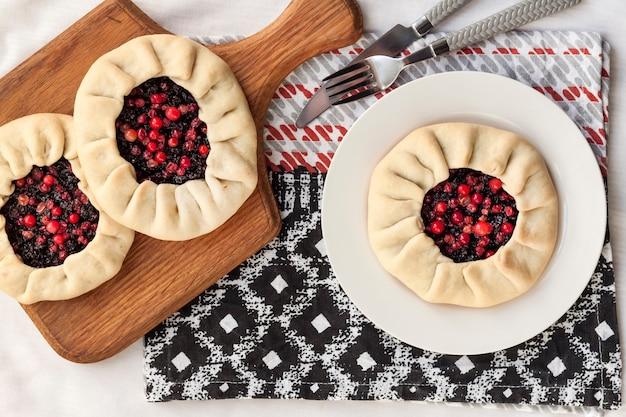 Zdrowe śniadanie domowa galette wielkopostna z jagodami czarnego bzu i borówkami płaski widok z góry