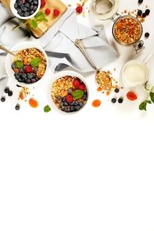 Zdrowe śniadanie - domowa muesli, miód, mleko i jagody