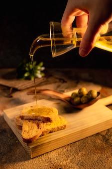 Zdrowe śniadanie. grzanka oliwy z oliwek na czarnej powierzchni widok z góry. hiszpańskie jedzenie