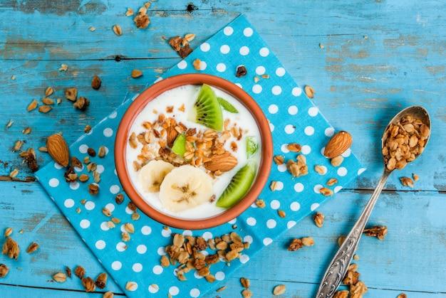 Zdrowe śniadanie: jogurt z muesli, bananem i kiwi