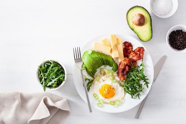 Zdrowe śniadanie ketonowe: jajko, awokado, ser, bekon