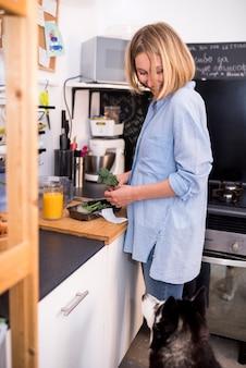Zdrowe śniadanie koncepcja z nowoczesną kobietą