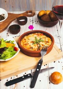 Zdrowe śniadanie. lasagne, zapiekanka lub ciasto mięsne pieczone w piekarniku z sałatką warzywną