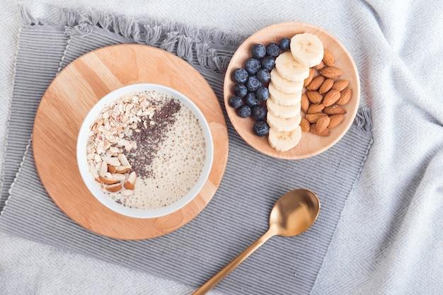 Zdrowe śniadanie miska owoców smoothie