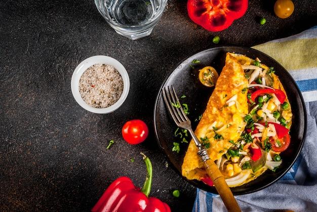 Zdrowe śniadanie, omlet faszerowany z warzywami