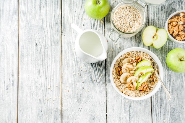 Zdrowe śniadanie owsiane z orzechami i owocami