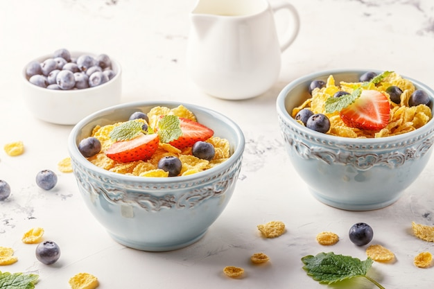Zdrowe śniadanie - płatki kukurydziane z owocami i jagodami.