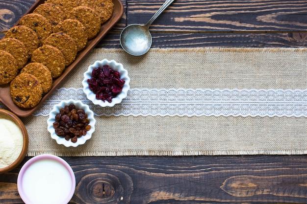 Zdrowe śniadanie rano z herbatnikami zbożowymi