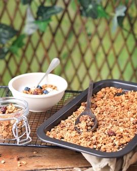 Zdrowe śniadanie z chrupiącą pieczoną muesli na talerzu piekarnika