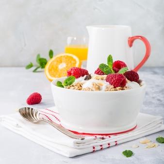 Zdrowe śniadanie z muesli i jagodami