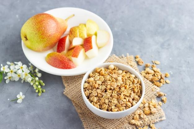 Zdrowe śniadanie z musli i gruszką.
