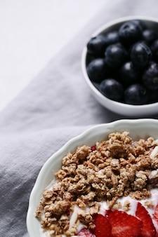 Zdrowe śniadanie z płatkami i owocami
