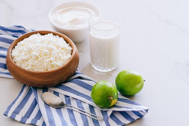 Zdrowe śniadanie z twarogu ze śmietaną i limonką na marmurowym stole