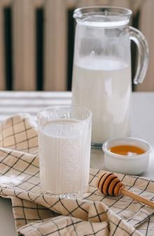 Zdrowe śniadanie z twarogu ze śmietaną i miodem na marmurowym stole