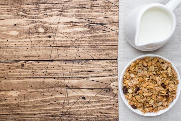 Zdrowe śniadanie zapiekane musli i mleko