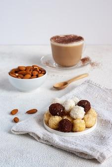 Zdrowe śniadanie ze słodkimi kulkami ekologicznego sera koziego z orzechami i kawą