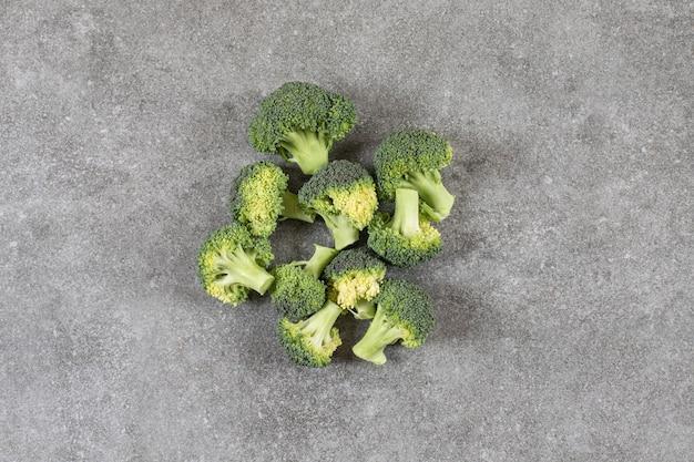 Zdrowe, świeże brokuły na kamiennym tle.