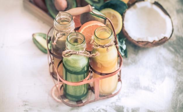 Zdrowe świeże soki i owoce