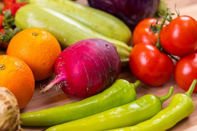 Zdrowe, świeże, surowe warzywa i owoce
