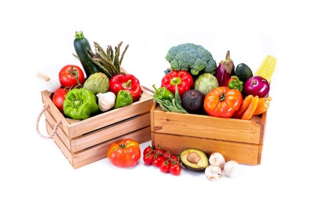 Zdrowe świeże warzywa w drewnianych pudełkach na białym tle, zdrowa żywność