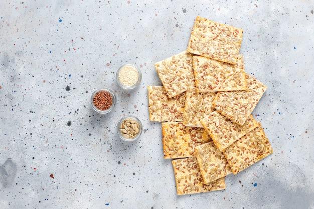Zdrowe, świeżo pieczone krakersy bezglutenowe z nasionami.