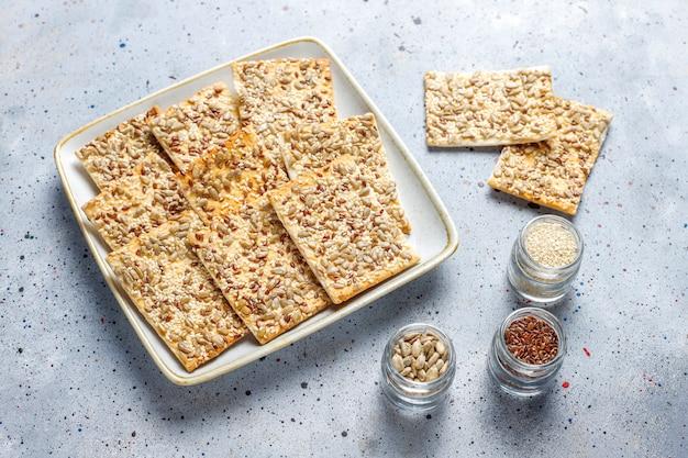 Zdrowe, świeżo pieczone krakersy bezglutenowe z nasionami