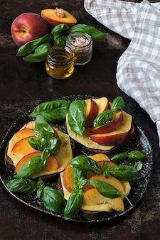 Zdrowe tosty caprese z brzoskwinią