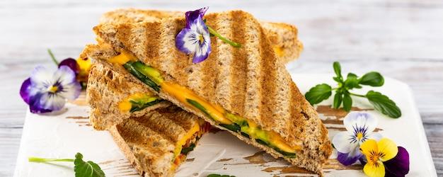 Zdrowe tosty z awokado na lunch