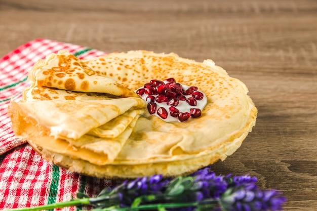 Zdrowe tradycyjne naleśniki z mąki ryżowej na drewnianym stole. pyszne zdrowe śniadanie