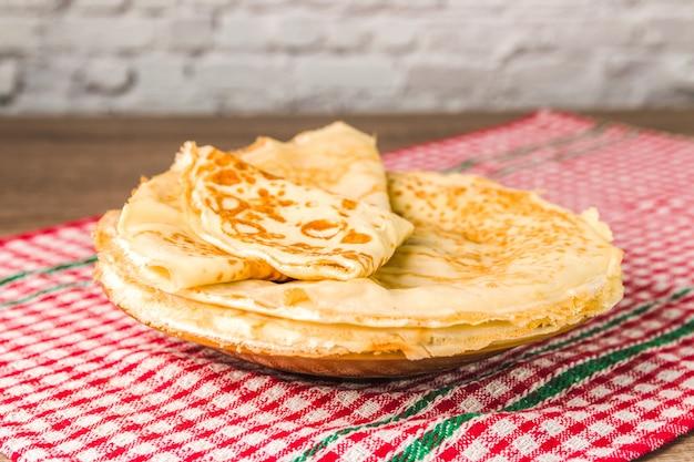 Zdrowe tradycyjne naleśniki z mąki ryżowej na drewnianym stole. smaczny zdrowy posiłek