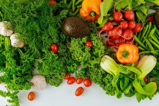 Zdrowe warzywa kolorowe na białym tle. widok z góry.