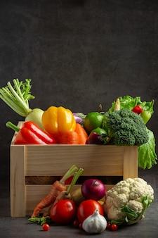 Zdrowe warzywa na starym ciemnym tle