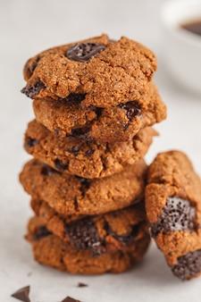 Zdrowe wegańskie ciasteczka z czekoladą, białe tło. koncepcja czystego jedzenia.