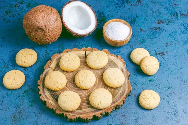 Zdrowe wegańskie domowe ciasteczka kokosowe z pół kokosem