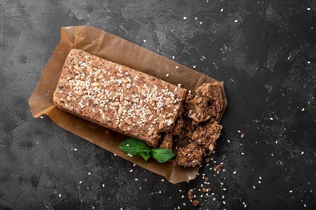 Zdrowe wegańskie słodycze, bezcukrowe orzechy chałwa z nasionami i sezamem