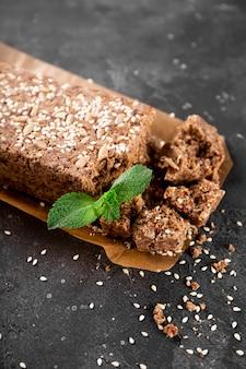 Zdrowe wegańskie słodycze chałwa orzechowa bez cukru z nasionami i sezamem