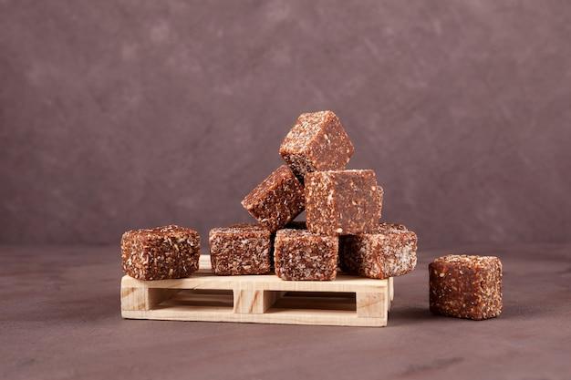 Zdrowe wegańskie słodycze na drewnianej palecie słodycze z suszonych owoców z miodem i orzechami